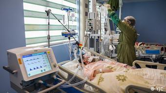 Пациент и врач в палате одной из больниц в Куме