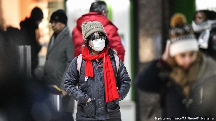 Coronavirus in Deutschland Touristin aus Asien in Düsseldorf