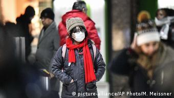 Τουρίστρια από την Ασία με μάσκα στο Ντίσελντορφ