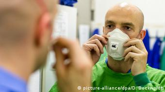 Йонас Шмидт-Чаназит в защитной маске