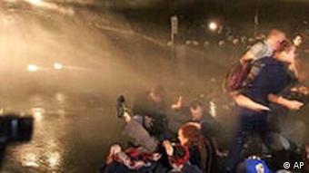 Wasserkanonen gegen Demonstranten