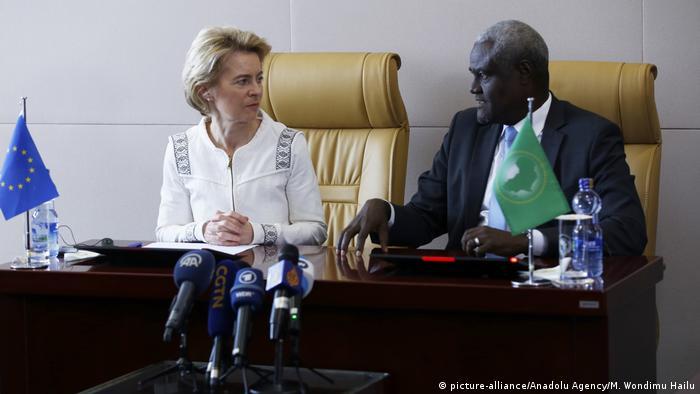 صورة لرئيسة الموفوضية الأوروبية أوزولا فون دير لاين إلى جانب موسي فكي محمد رئيس المفوضية الإفريقية