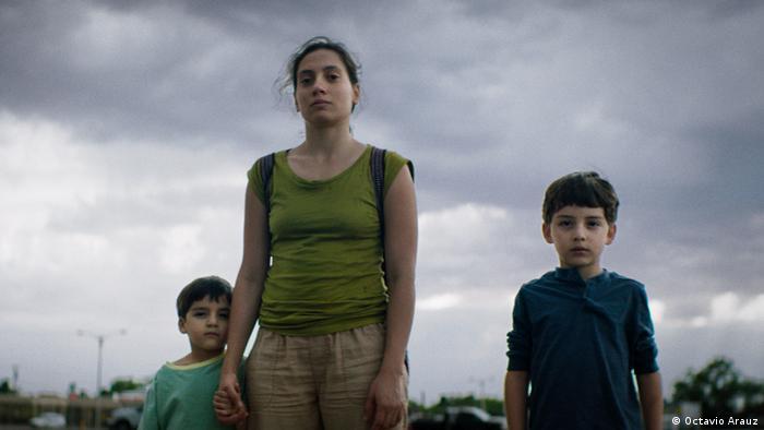 Fotograma de Los lobos, Max y Leo viajan con su madre Lucía a Estados Unidos con la ilusión de ir a Dislenylandia, pero la realidad llegando allá es otra, y se convierte para ellos en un desafío.