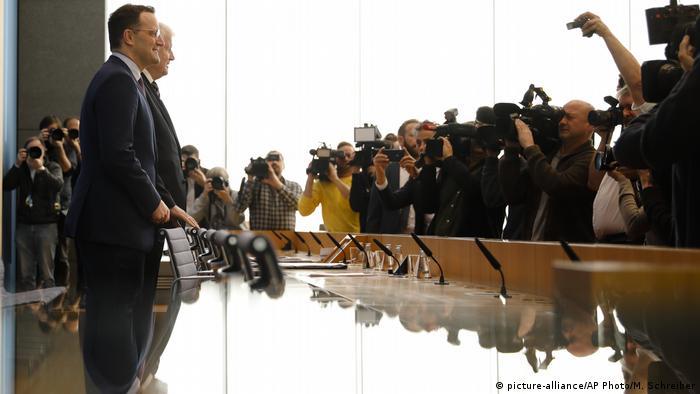 Ministrowie zdrowia i spraw wewnętrznych Jens Spahn i Horst Seehofer informują o koronawirusie w Niemczech