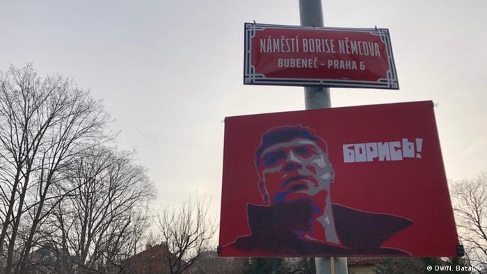 Плакат с надписью Борись! на площади Бориса Немцова в Праге 27 февраля 2020 года