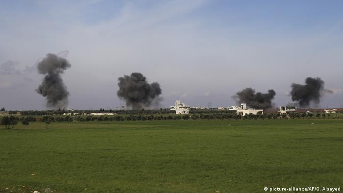 Дым над местом авиаударов в провинции Идлиб