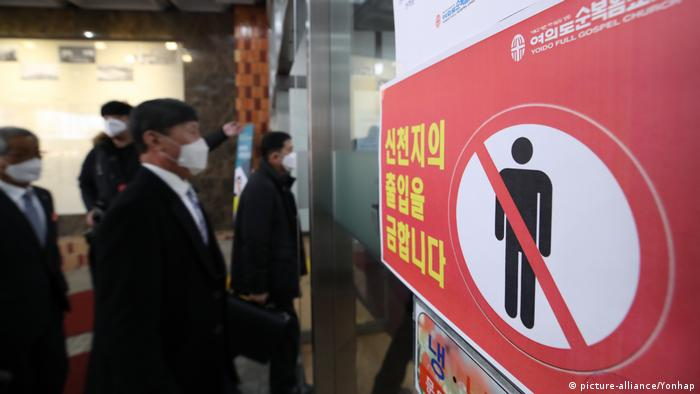 A sign installed at a church located in western Seoul on Feb. 23, 2020, bans the entry of members of the Shincheonji church (picture-alliance/Yonhap)