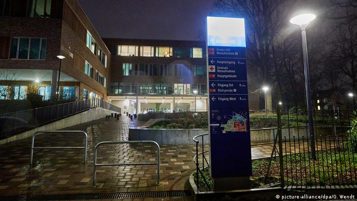 A signpost stands in front of the University Medical Center Hamburg-Eppendorf. For the first time, an infection with the novel corona virus has been detected in Hamburg. (picture-alliance/dpa/G. Wendt)
