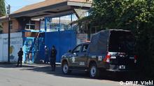 Polizei vor Avocado-Fabrik Plizeischutz: Polizisten bewachen eine Lagerhalle mit Avocados. Fotograf (Copyright): Franz Viohl Fotograf (Copyright): Franz Viohl