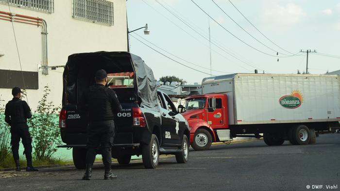 Polizisten vor einer Avocado-Fabrik in Uruapan