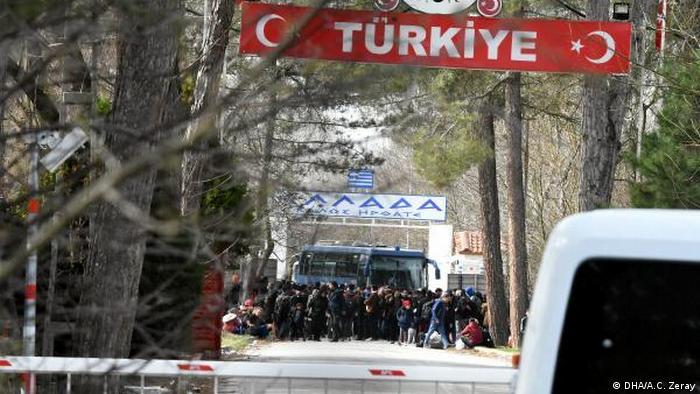 Flüchtlinge am Grenzübergang Pazarkule zwischen der Türkei und Griechenland. (DHA/A.C. Zeray)