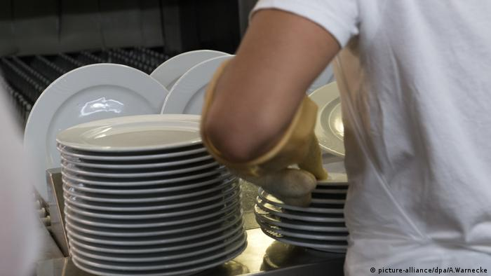 person doing dishes (picture-alliance/dpa/A.Warnecke)