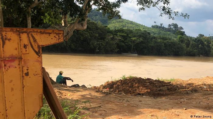 Ein Mann am Flussufer im Amazonas