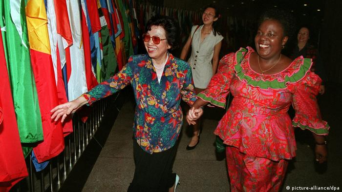 Peking, Weltfrauenkonferenz 1995. Die Generalsekretärin der 4. UN-Weltfrauenkonferenz, Gertrude Mongella und die Vizepräsidentin der chinesischen Frauenförderung, Huang Zhigi, Hand in Hand