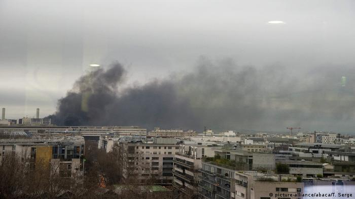 A fire is seen near the Gare de Lyon train station in Paris (picture-alliance/abaca/T. Serge)