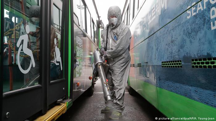 У Сеулі працівники в спеціальних захисних костюмах регулярно дезінфікують громадський транспорт.