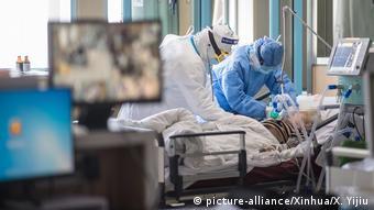 Пациент с COVID-19 в больнице в Китае