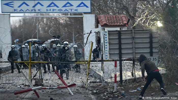 Закрытый после столкновений беженцев с полицией пограничный пункт на турецко-греческой границе