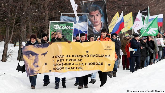 В Екатеринбурге в согласованных марше и митинге памяти Немцова и против изменений в конституции приняли участие несколько сот человек.