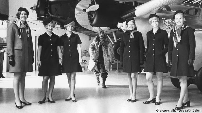 Stewardessen in neuer Kleidung
