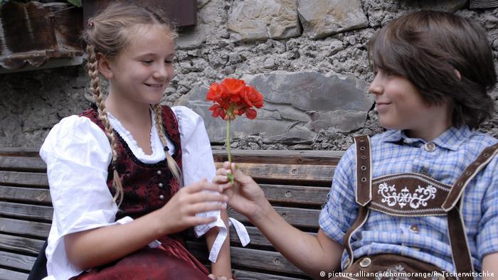 فتاة تستقبل هدية وردة