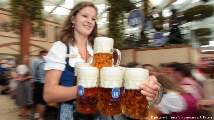Kellnerin im Festzelt stemmt Maßkrüge Bier (picture-alliance/chromorange/R. Peters)