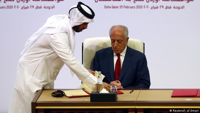 Залмай Халилзад подписывает договор