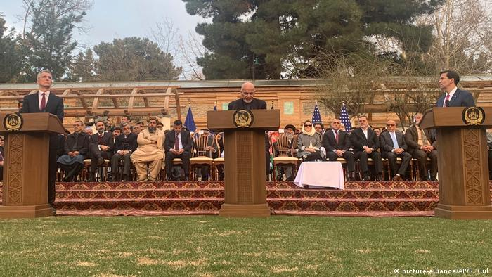Afghanistan Kabul Präsident Ashraf Ghani (M) US-Verteidigungsminister Mark Esper (R) NATO-Generalsekretär Jens Stoltenberg (picture-alliance/AP/R. Gul)