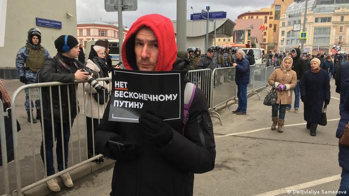 Угроза долгосрочной узурпации власти нынешним президентом РФ Владимиром Путиным в связи с планирующимися изменениями Конституции стала одной из главных тем акции и отразилась в том числе на плакатах.