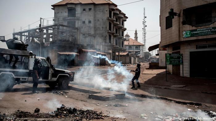 Des agents de police tirent des gaz lacrymogènes contre des manifestants opposés à la candidature d'Alpha Condé (29.02.2020)