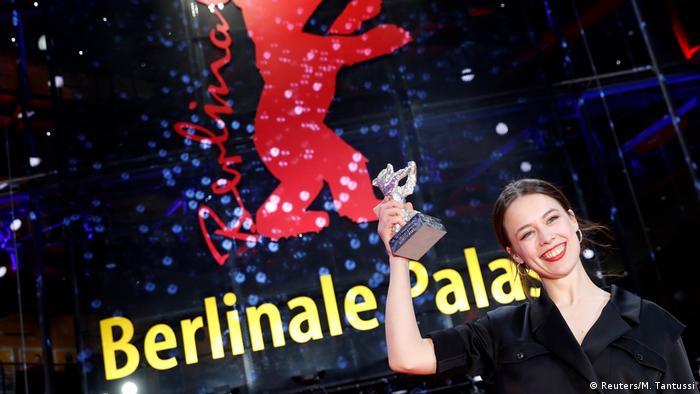 جایزه خرس نقرهای بهترین بازیگر نقش اول زن را پاولا بر به خاطر درخشش در فیلم اوندینه دریافت کرد. اوندینه به کارگردانی کریستیان پتسولد روایتی شاعرانه از عشقی سودایی است که تا جنون و جادو سر میکشد.