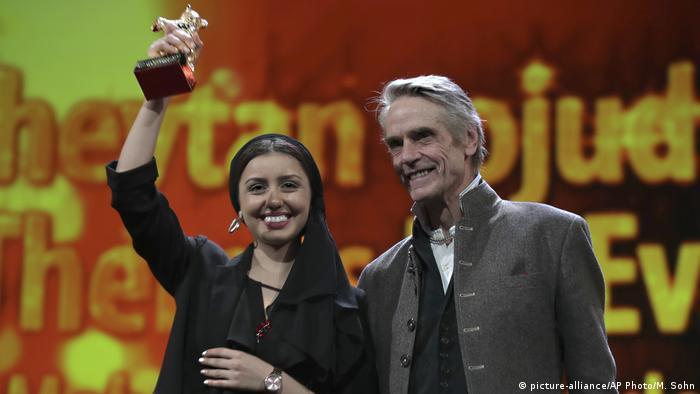 Aktorka Baran Rasoulof ze Złotym Niedźwiedziem. Obok przewodniczący jury Jeremy Irons