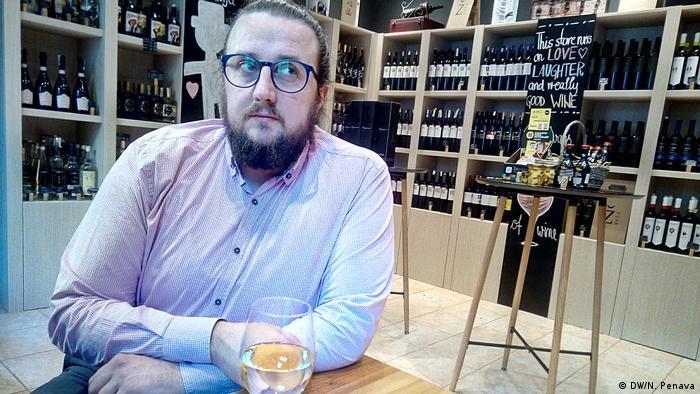 Haris Kreso prodaje autohtona vina iz Bosne i Hercegovine (DW/N. Penava)