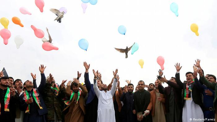 Des Afghans fêtent l'accord qui prévoit le retrait des troupes américaines d'Afghanistan (28 février 2020)