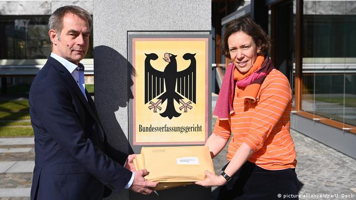 Michael Fiedl and Sandra Blum filing their constitutional complaint in Karlsruhe