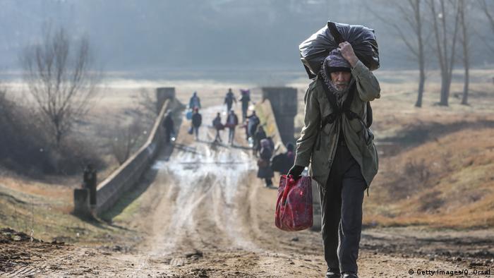 Migranten an geschlossenem türkisch-griechischen Grenzübergang (Getty Images/O. Orsal)