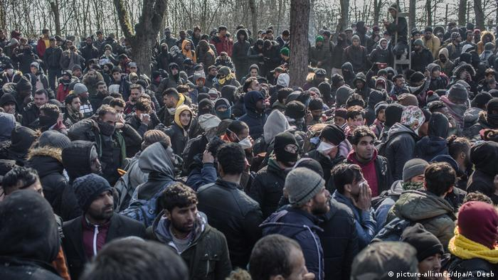 Migranten an geschlossenem türkisch-griechischen Grenzübergang (picture-alliance/dpa/A. Deeb)