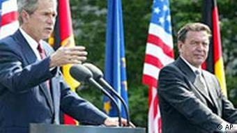 US Präsident George W. Bush mit Bundeskanzler Gerhard Schröder in Berlin