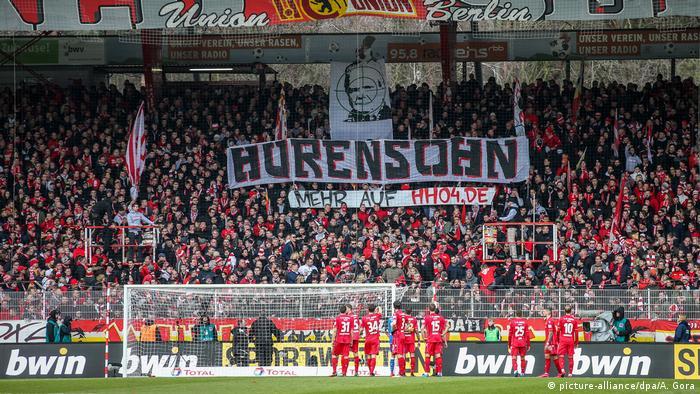 Fußball Bundesliga Union Berlin vs VFL Wolfsburg Spielunterbrechung Plakat gegen Dietmar Hopp