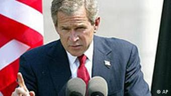 Ex-US-Präsident George W. Bush vor der amerikanischen Flagge bei einer Rede