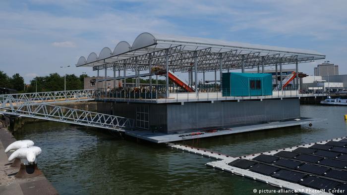 BG Nahrung Klimawandel | Schwimmender Bauernhof in Rotterdam (picture-alliance/AP Photo/M. Corder)