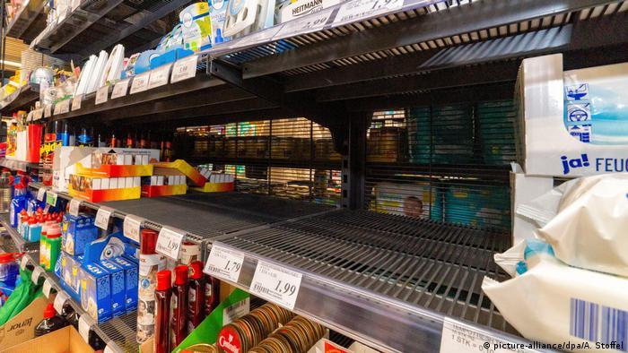 Коронавірус призвів до полювання німців на туалетний папір на полицях супермаркетів
