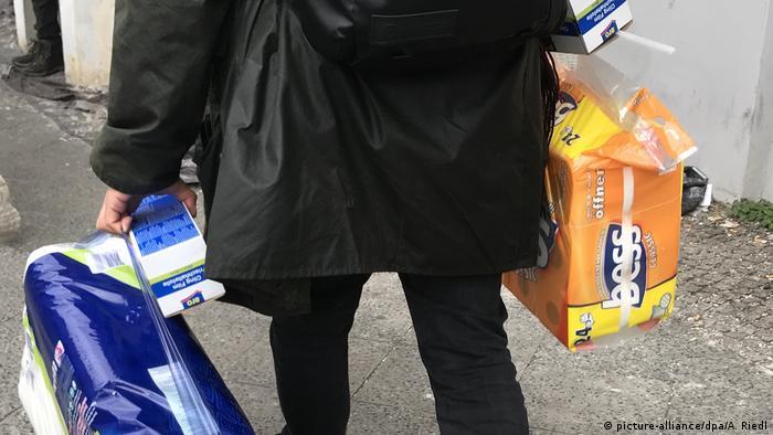 Deutschland Berlin | Coronavirus | Einkauf große Mengen Toilettenpapier (picture-alliance/dpa/A. Riedl)