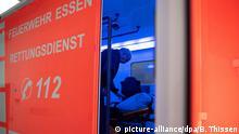 Deutschland Essen | Coronavirus | Rettungsfahrzeug Infektions-Patienten der Feuerwehr