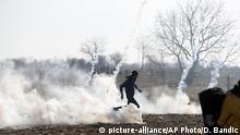 Türkei Tränengaseinsatz gegen Flüchtlinge an der Grenze zu Griechenland