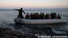 Griechenland Flüchtlingsboot an der Küste von Lesbos