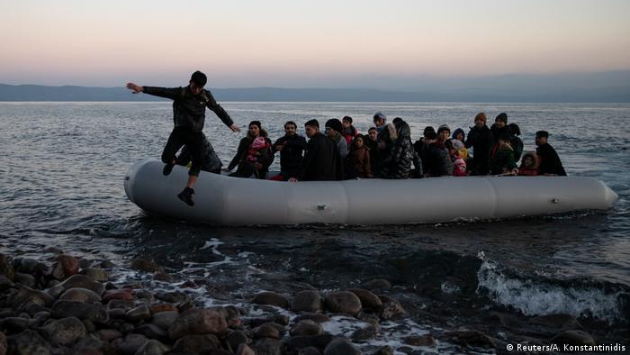 Човен з мігрантами з Афганістану прибуває до грецького острова Лесбос