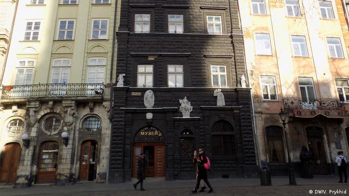 Будинок Чорна кам'яниця - одне із приміщень на площі Ринок, яке орендує Львівський історичний музей. Тепер цей музей зареєстровано в Червонограді, що в 70 кілометрах від Львова