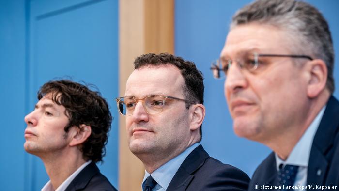 Слева направо: Кристиан Дростен, Йенс Шпан и Лотар Вилер на пресс-конференции в Берлине 2 марта