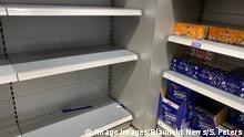 Coronavirus in Hamburg - Hamsterkäufe in Supermärkten und Drogerien 28.02.20 - Hamburg: Nachdem bekannt wurde das nun auch vermehrt Fälle des Coronavirus in Deutschland und jetzt auch in Hamburg aufgetreten sind, kommt es in immer mehr Drogerien und Supermärkten zu Hamsterkäufen. Regale bleiben leer und Desinfektionsmittel wird zu Mangelware. Hamburg Deutschland *** Coronavirus in Hamburg Hamster purchases in supermarkets and drugstores 28 02 20 Hamburg After it became known that now also increased cases of the Coronavirus in Germany and now also in Hamburg have occurred, it comes in more and more drugstores and supermarkets to hamster purchases shelves remain empty and disinfectant becomes scarce goods Hamburg Germany Copyright: xSebastianxPetersx